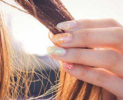 髪の毛でおまじないする女性