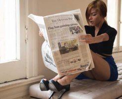 おまじない用新聞紙を見つめる元彼と復縁したい女性